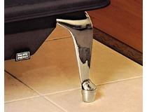 Detail lesklé niklované nožičky